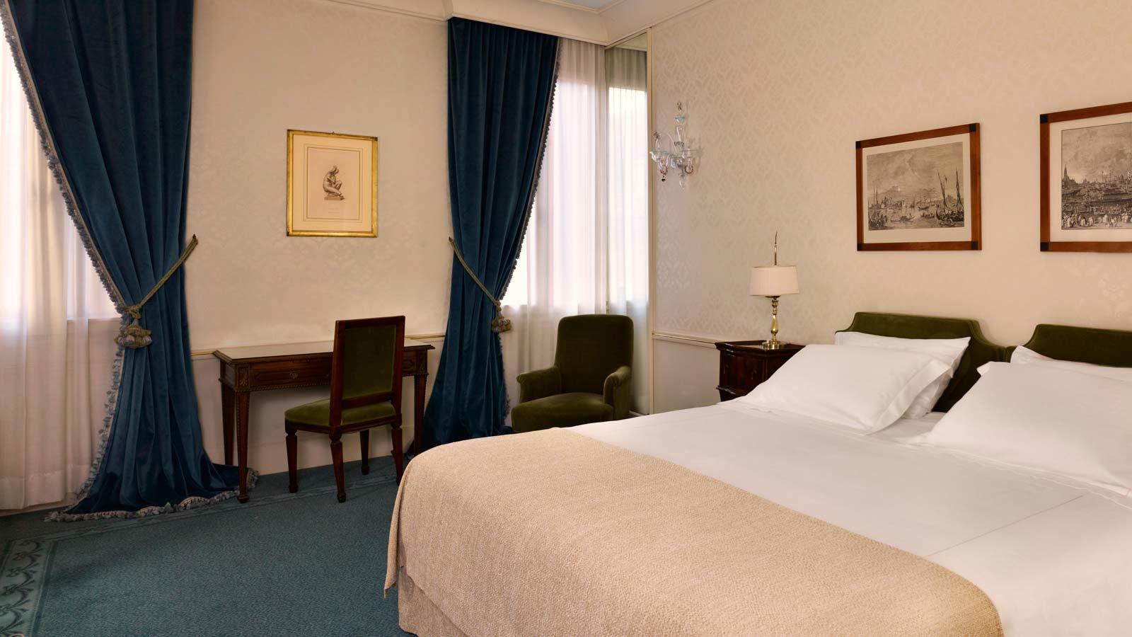 غرفة فاخرة بسرير مزدوج